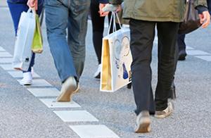 Menschen auf der Straße rumlaufen mit Tüten in der Hand